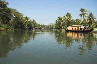 http://travellersholidays.com/wp-content/uploads/2014/06/KumarakomHouseBoat.jpg